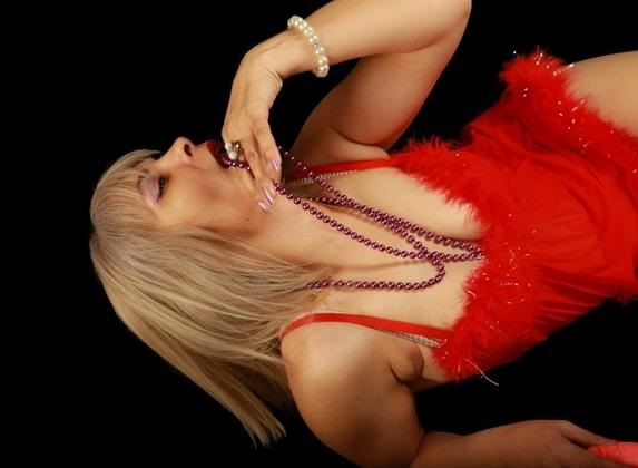 Cougar SexyBlondeOnly4U Lacks A Gag Reflex On Her Mommy Webcams